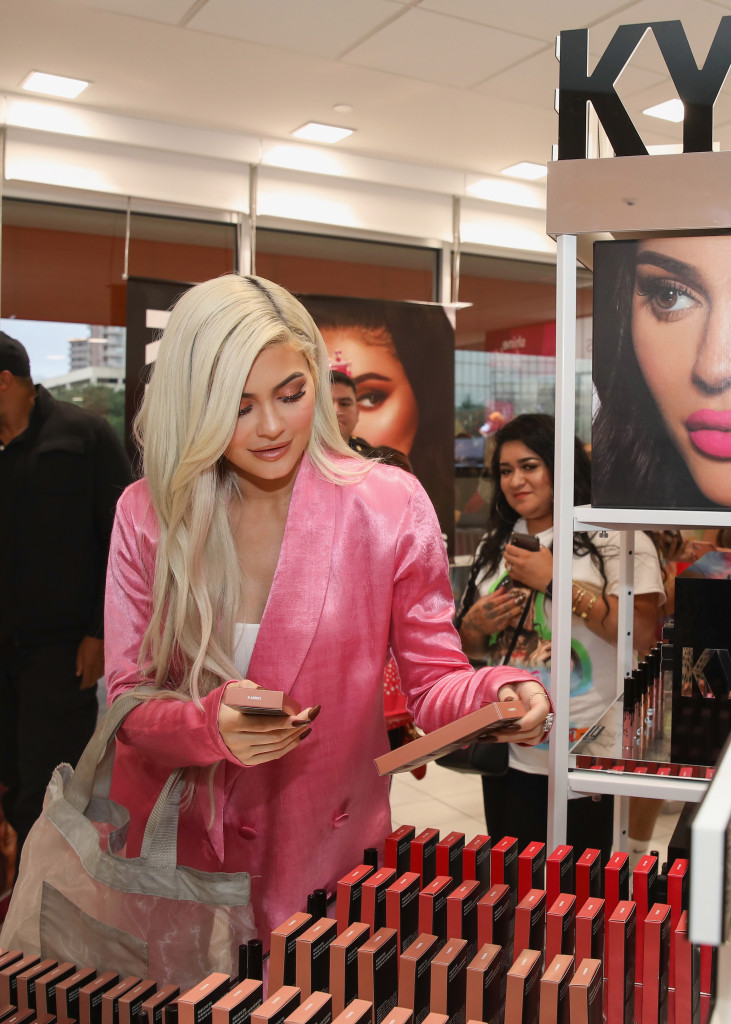 Kylie Jenner Said Feeling 'Unkissable' Inspired Her Lip Liner And Fillers - SurgeZirc FR