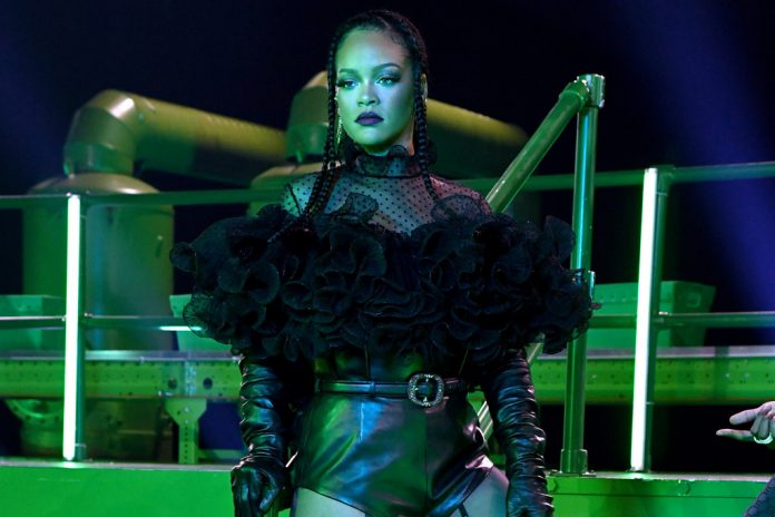 Rihanna Teases New Fenty Perfume In Addition To Lingerie - SurgeZirc FR